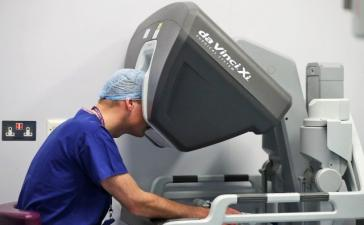 Доктора выполнили первую хирургическую операцию на позвоночнике с помощью робота
