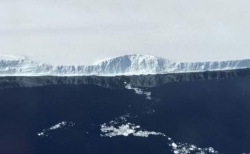 #фото дня   NASA опубликовало фотографии гигантского айсберга, отделившегося от Антарктиды